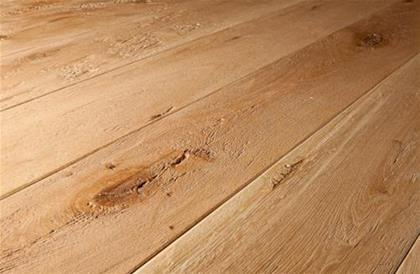 Natural wood floorings surfaces